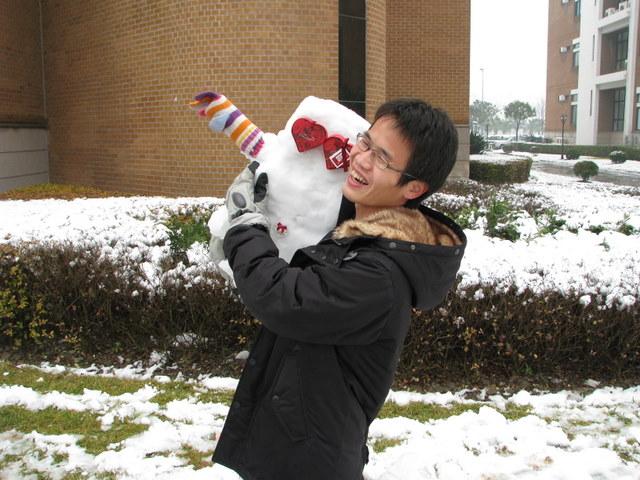 抱个雪孩子回家啦~